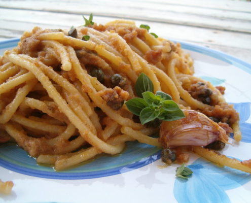 spaghetti con filetti di alici e pangrattato